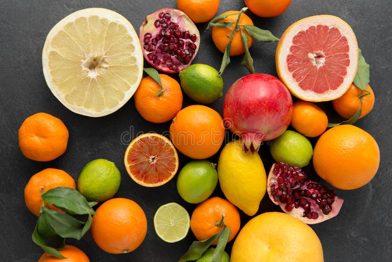 Feche acima das citrinas na tabela de pedra foto de stock royalty free