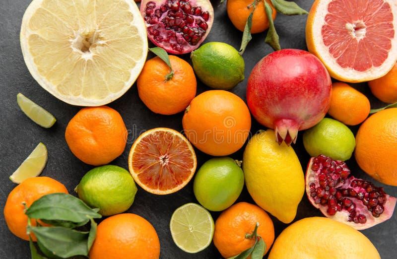 Feche acima das citrinas na tabela de pedra imagem de stock