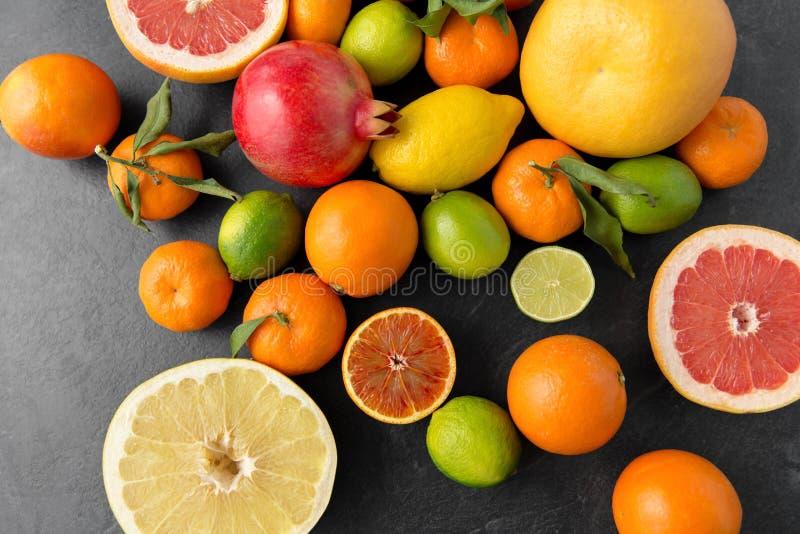 Feche acima das citrinas na tabela de pedra imagens de stock royalty free