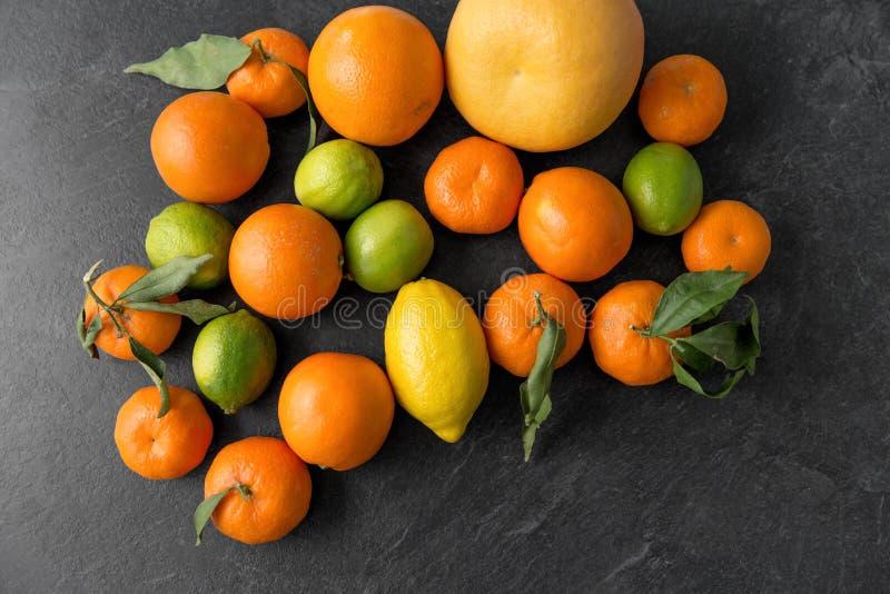 Feche acima das citrinas na tabela de pedra fotos de stock royalty free