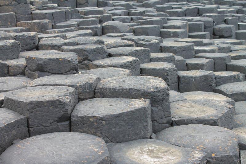 Feche acima das colunas do basalto de Giant& x27; calçada de s fotografia de stock royalty free
