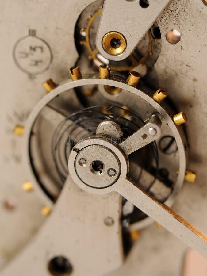 Feche acima das engrenagens do mecanismo velho do pulso de disparo foto de stock