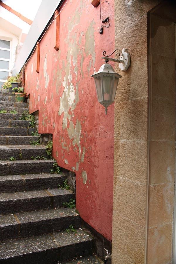 Feche acima das escadas que conduzem para abrigar o pátio imagem de stock royalty free
