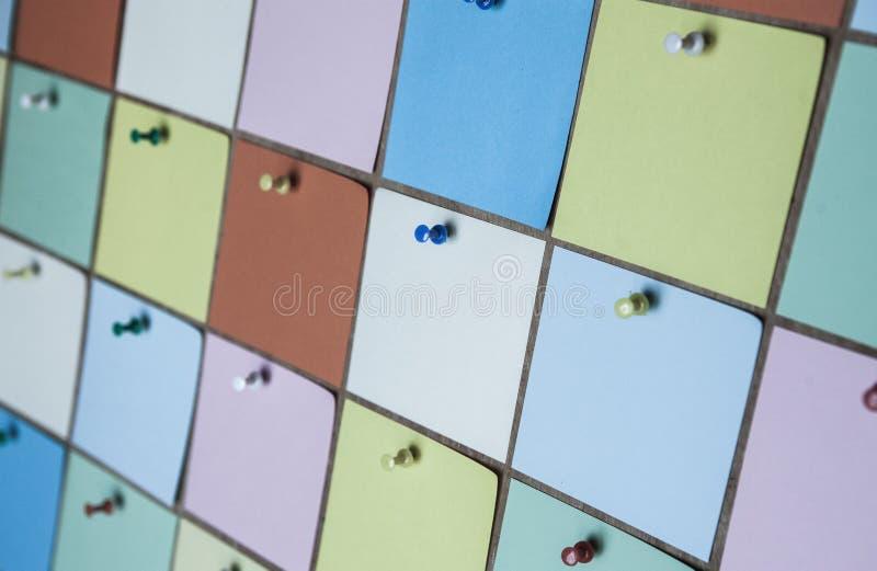 Feche acima das etiquetas de papel coloridas fotos de stock