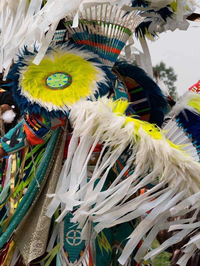 Feche acima das fitas emplumadas e da azáfama vestidas pelo dançarino da fantasia do nativo americano foto de stock royalty free
