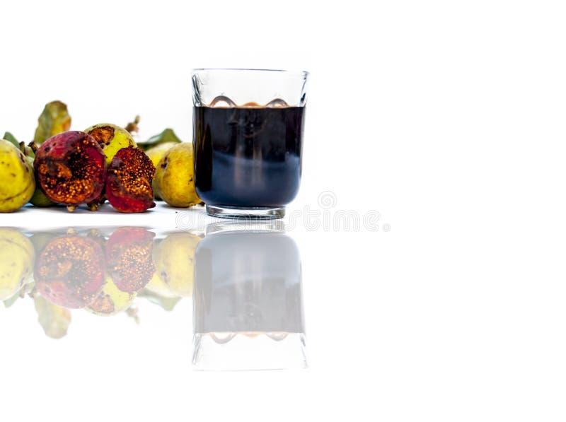 Feche acima das folhas frescas de Gular, de árvore de figo de Golar ou de Clustar ou de árvore do figo indiano fruto isolado em u imagens de stock