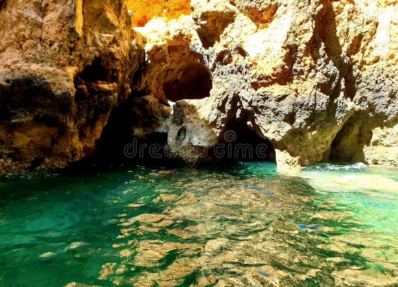 Feche acima das formações de rocha com água de turquesa, Lagos, Portugal foto de stock