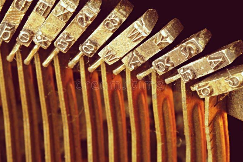 Feche acima das letras do metal na máquina de escrever do vintage Imagem conceptual do trabalho, da comunicação ou da escrita de  imagem de stock royalty free