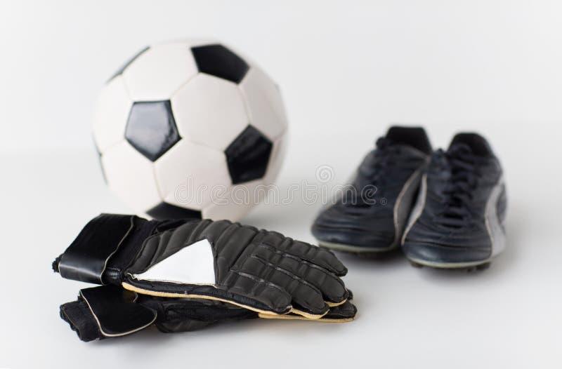 Feche acima das luvas do goleiros, bola, botas do futebol imagem de stock royalty free