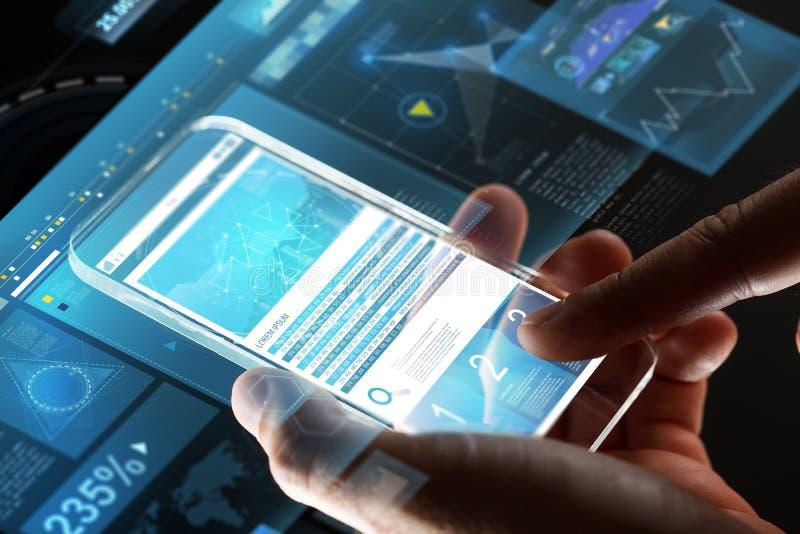 Feche acima das mãos com cartas no smartphone de vidro imagem de stock royalty free