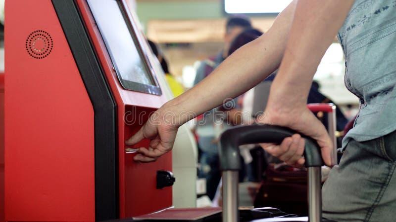 Feche acima das mãos com passaporte, registro na mesa da autonomia no aeroporto, fotos de stock