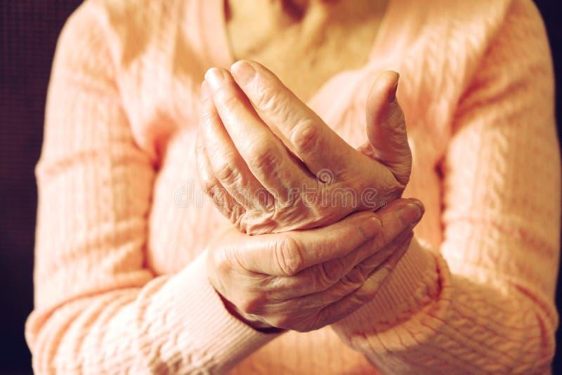 Feche acima das mãos da mulher madura Cuidados médicos que dão, lar de idosos Amor parental da avó Doenças relativas à idade velh foto de stock royalty free