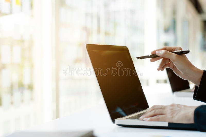 Feche acima das mãos do funcionamento da mulher de negócio, usando o portátil do computador foto de stock royalty free