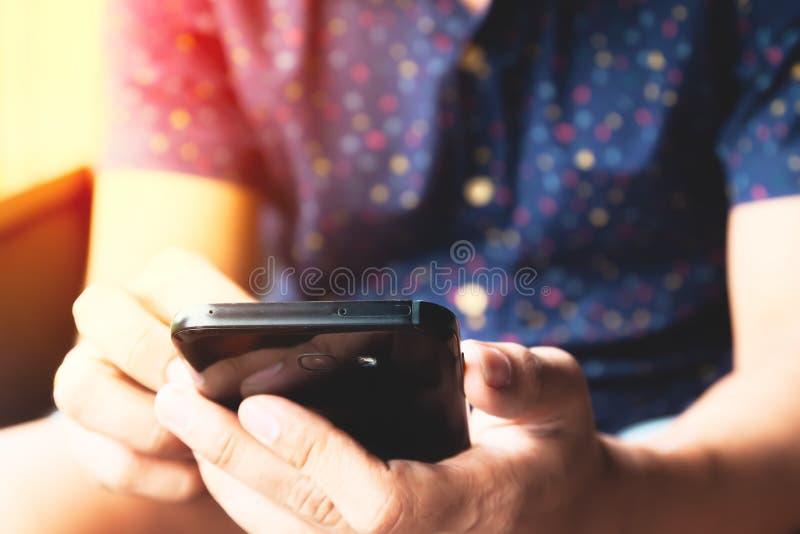 Feche acima das m?os do homem usando meios sociais atrav?s do smartphone Conceito do estilo de vida foto de stock royalty free