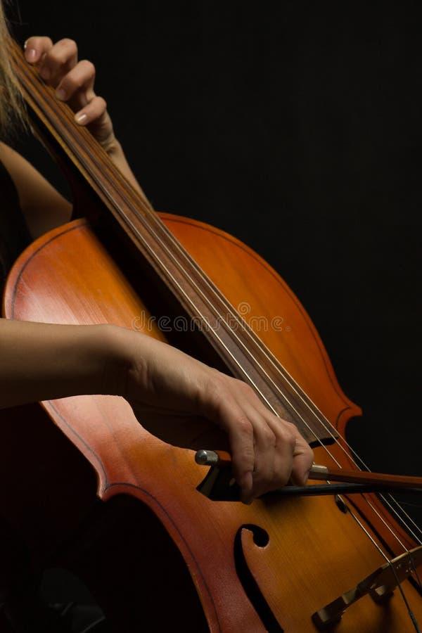 Feche acima das mãos do músico com violoncelo imagens de stock royalty free