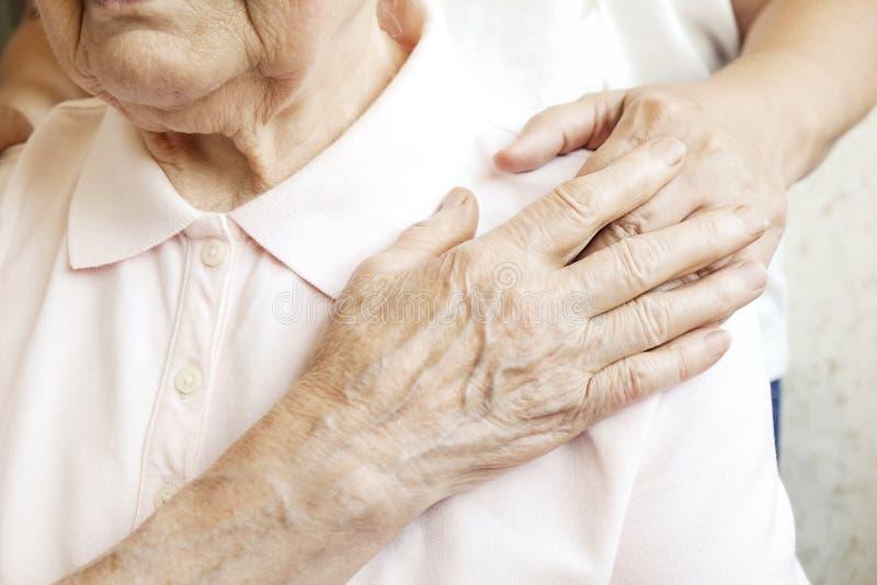 Feche acima das mãos maduras da mulher & da enfermeira Cuidados médicos que dão, lar de idosos Amor parental da avó Doenças relat fotografia de stock