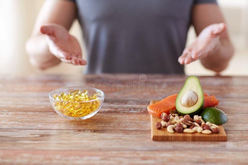 Feche acima das mãos masculinas com os ricos do alimento na proteína foto de stock