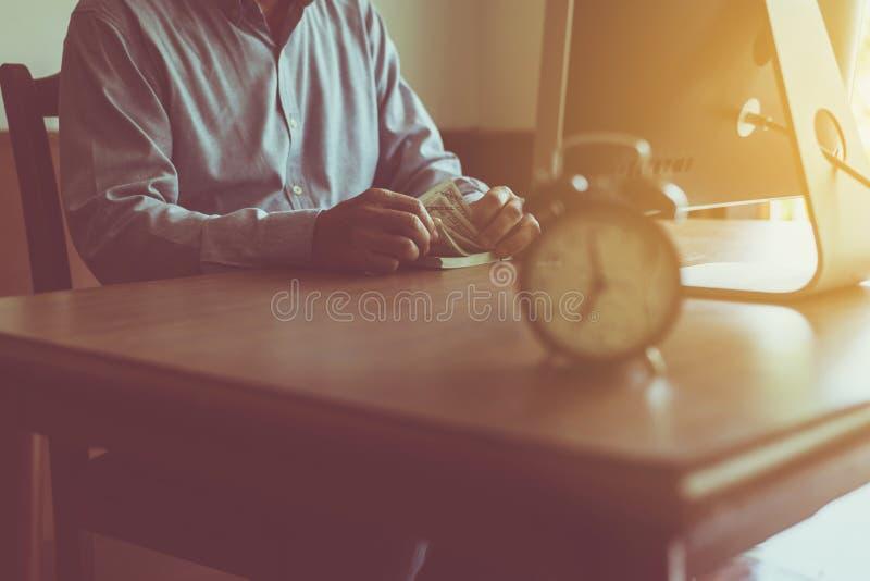 Feche acima das mãos masculinas que contam nos notas de dólar, cédulas fotos de stock royalty free