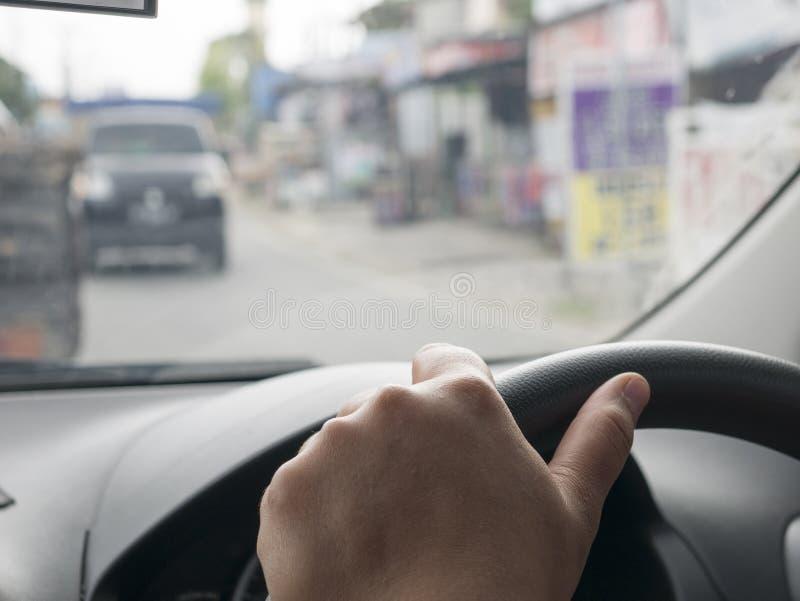 Feche acima das mãos que conduzem o conceito do carro fotos de stock