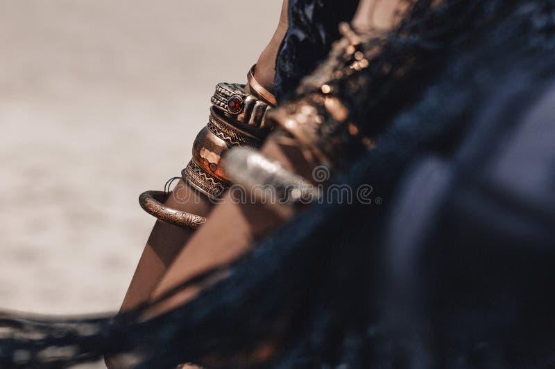 Feche acima das mãos tribais à moda do dançarino mulher no costu oriental fotografia de stock royalty free