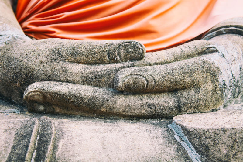 Feche acima das mãos Wat Yai Chaimongkhon de buddha, Ayuthaya, Tailândia fotos de stock royalty free