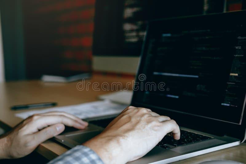 Feche acima das m?os dos programadores de software est?o sentando o trabalho s?rio que analisam dados no tela de computador fotografia de stock royalty free