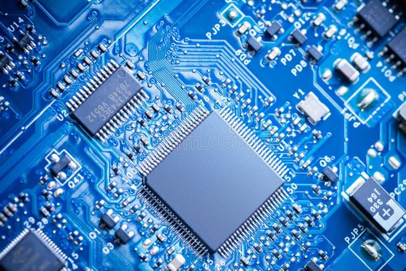 Feche acima - das microplaquetas em uma placa de circuito do computador fotografia de stock