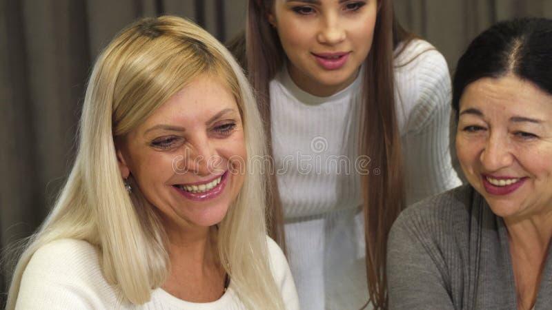 Feche acima das mulheres de negócios felizes que apreciam o trabalho junto imagem de stock royalty free