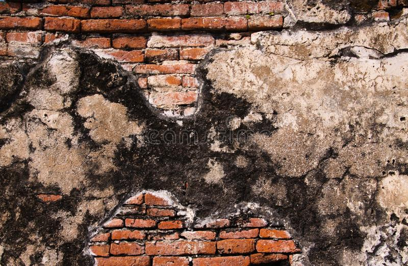Feche acima das paredes de tijolo antigas isoladas fixadas com o almofariz cinzento em Ayutthaya perto de Banguecoque, Tailândia imagens de stock royalty free