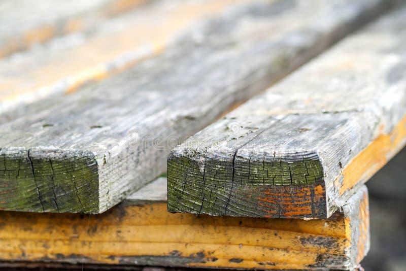 Feche acima das placas de madeira velhas em um banco fotos de stock