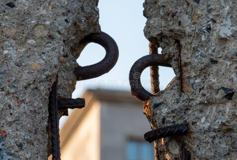 Feche acima das sobras de desintegração de Berlin Wall no memorial da parede, Alemanha Os segmentos da parede foram deixados como imagem de stock