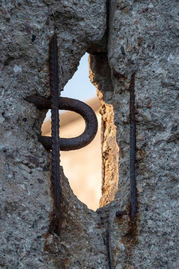 Feche acima das sobras de desintegração de Berlin Wall no memorial da parede, Alemanha Os segmentos da parede foram deixados como imagens de stock royalty free
