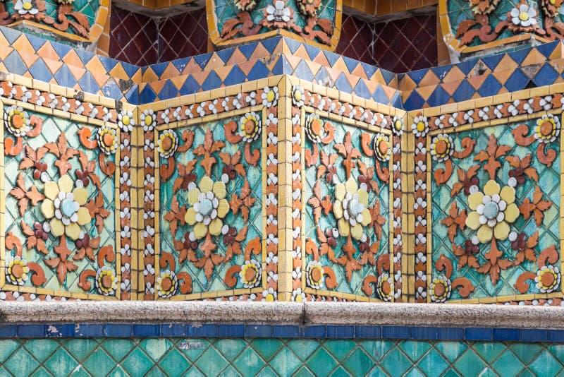 Feche acima das telhas de mosaico asiáticas do sudeste coloridas foto de stock royalty free