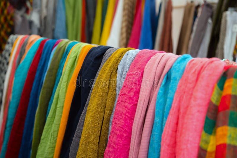 Feche acima das texturas diferentes da roupa no mercado da tela fotos de stock