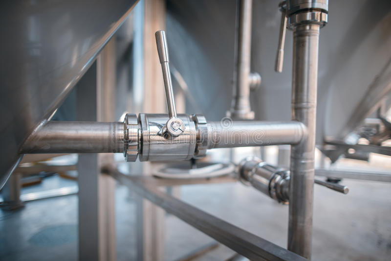 Feche acima das tubulações na fábrica do vinho fotografia de stock royalty free