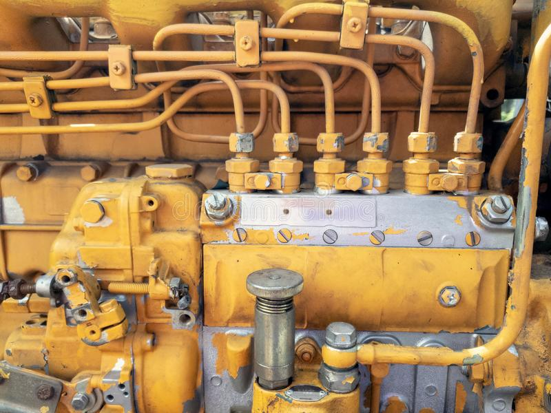 Feche acima das tubulações sujas e da bomba de água industrial da máquina resistente velha das conexões fotos de stock