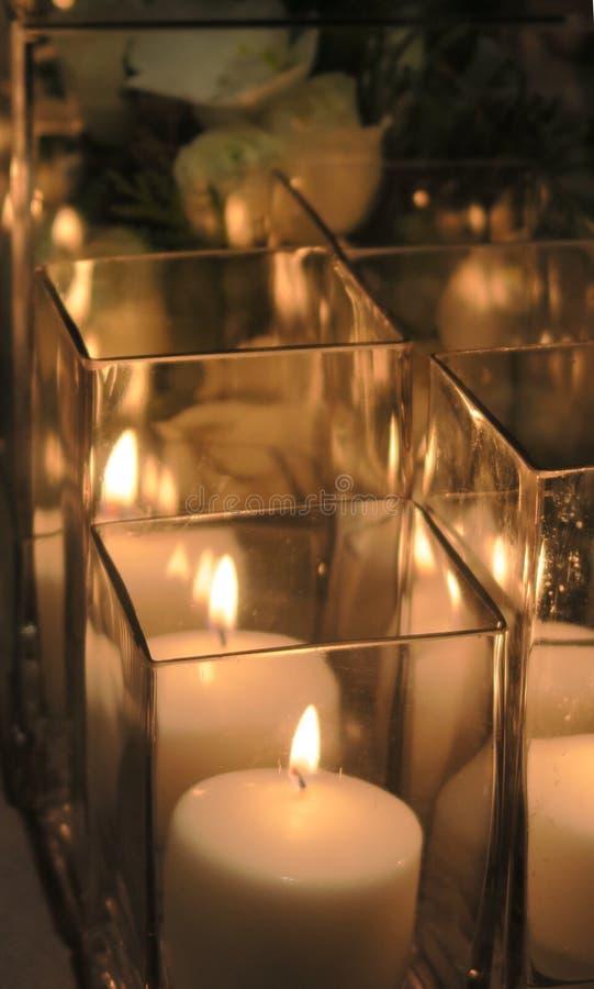 Feche acima das velas na tabela de jantar fotografia de stock