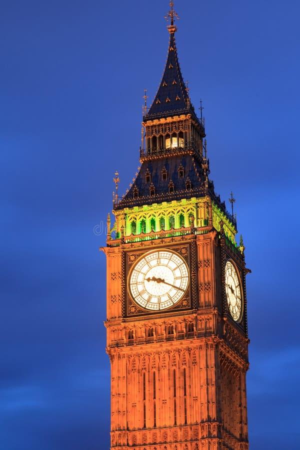 Feche acima de Big Ben no crepúsculo em Londres, Reino Unido imagens de stock