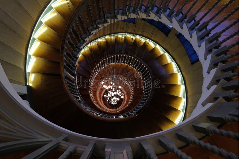 Feche acima de Cecil Brewer Spiral Staircase com luzes de Bocci na loja de móveis do ` s Heal, estrada da corte de Tottenham, Lon imagens de stock royalty free