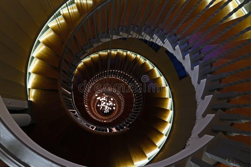 Feche acima de Cecil Brewer Spiral Staircase com luzes de Bocci na loja de móveis do ` s Heal, estrada da corte de Tottenham, Lon fotos de stock royalty free