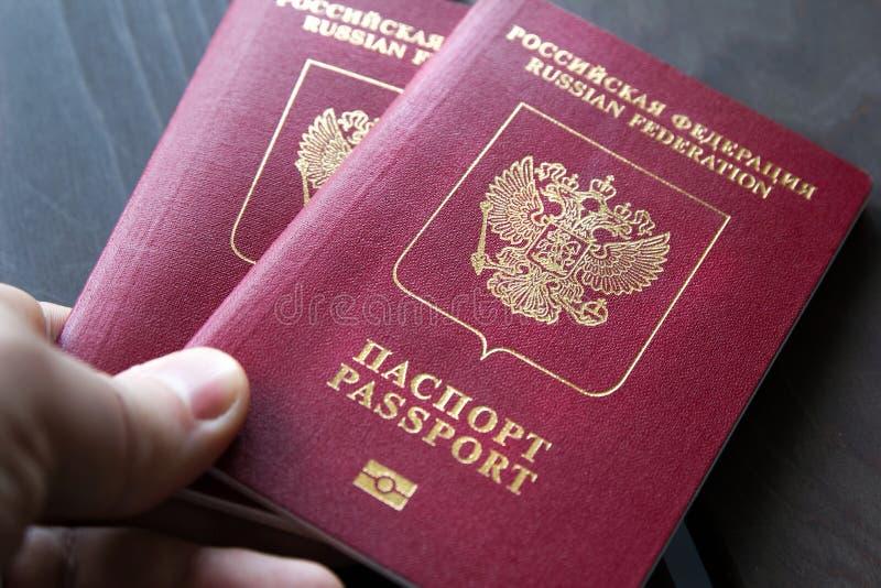 Feche acima de dois passaportes do russo em uma tabela de madeira para um conceito do curso imagens de stock