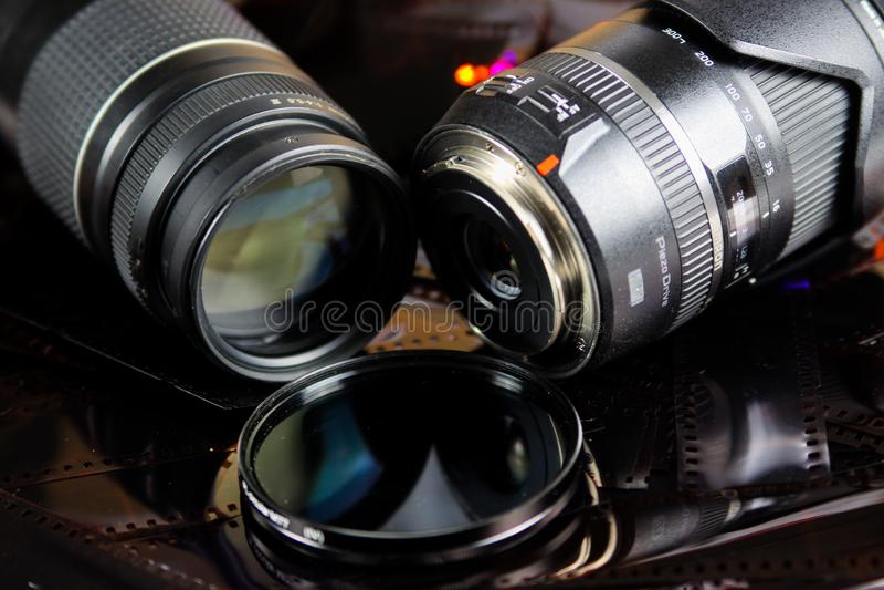 Feche acima de duas objetivas com o filtro circular isolado em tiras do filme negativo imagem de stock royalty free