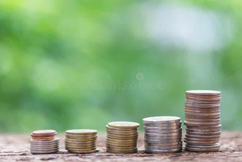 Feche acima de empilhar moedas do crescimento para lucrar a finança imagem de stock