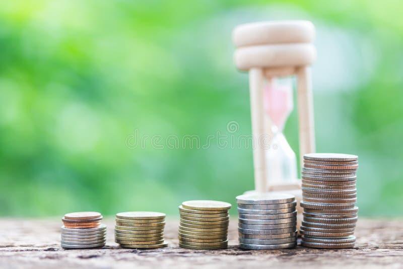 Feche acima de empilhar moedas do crescimento para lucrar a finança imagem de stock royalty free