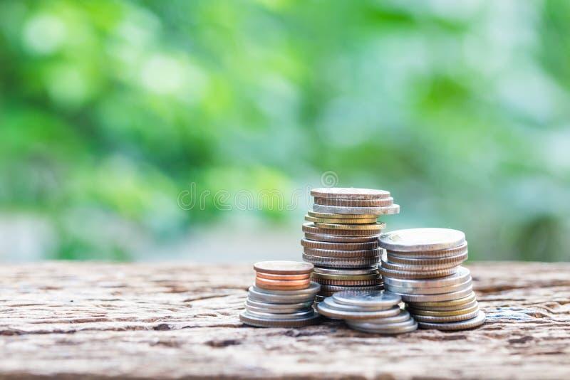Feche acima de empilhar moedas do crescimento para lucrar a finança fotos de stock