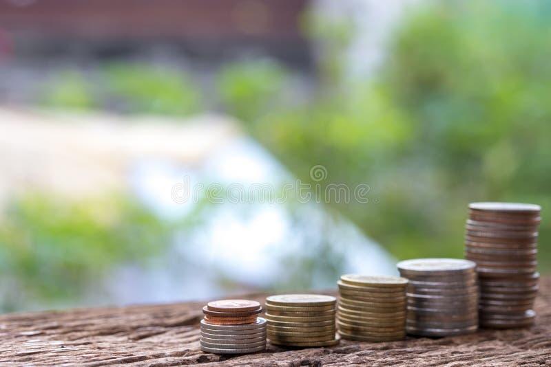 Feche acima de empilhar moedas do crescimento para lucrar a finança imagens de stock