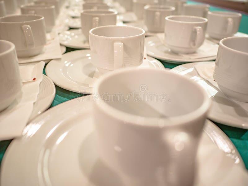 Feche acima de muitos copos brancos na tabela foto de stock royalty free