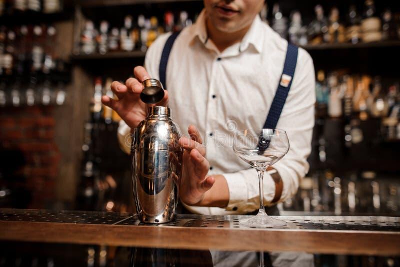 Feche acima de nenhum barman da cara que faz o coctail fotos de stock