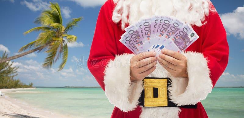Feche acima de Papai Noel com euro- dinheiro fotos de stock