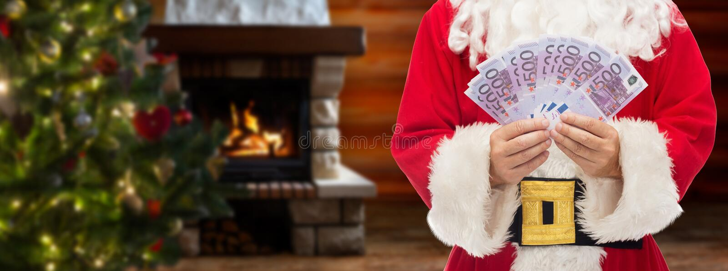 Feche acima de Papai Noel com euro- dinheiro fotografia de stock royalty free